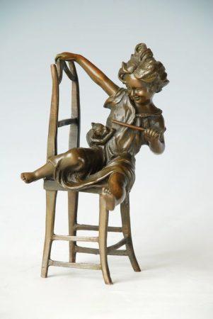 Kislány széken cicával bronz szobor
